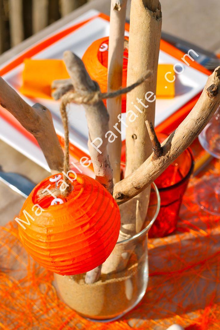 Centre de table en bois flotté : modèles uniques et jamais identiques. Composé de lampions #orange accrochés avec du cordage marin et de 5 branches de bois flotté. En vente sur http://www.matableparfaite.com/ #centredetable #boisflotté #decodetable #automne