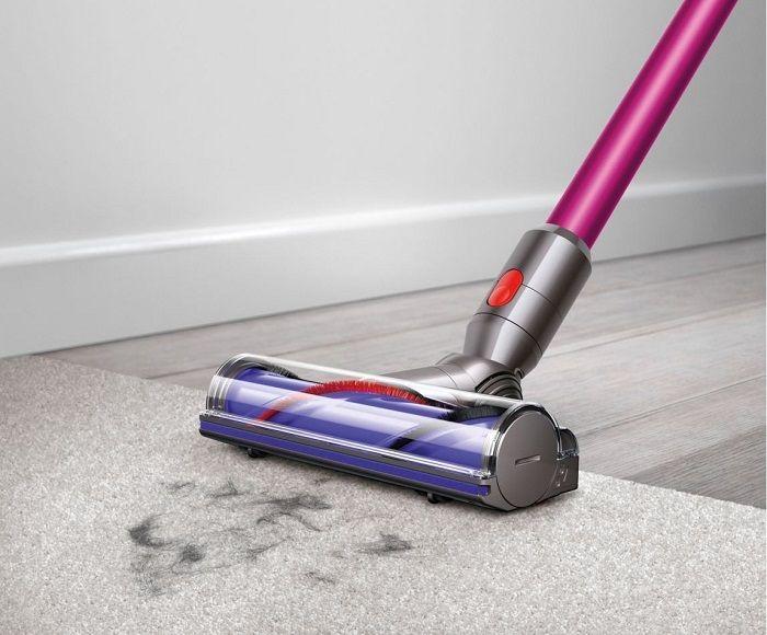 Dyson V7 Animalpro.  Il est idéal pour le  nettoyage en profondeur, dans les moindres recoins des moquettes ou des sols durs grâce à sa  sa brosse motorisée et sa brosse-partout !