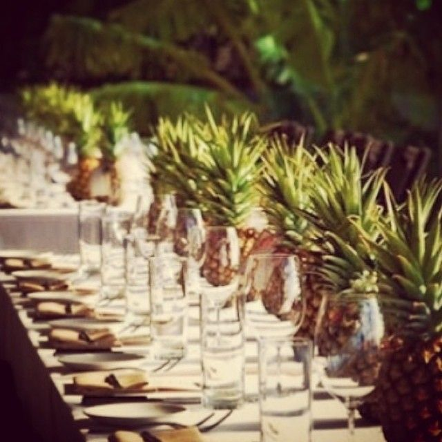 Who would have thought to use pineapple as a centrepiece! Via @coveredlinen #eventstyling #inspo #events #tablesetting #centrepiece #pineapple #theming #eunev #eventprofs