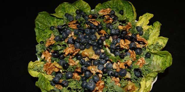 Dejlig og nem vintersalat med bl.a. grønkål, blåbær, appelsin og valnødder. Server til kød og kartofler eller som en sund frokostret.