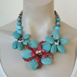 Grote Statement Ketting - Kleuren rood met turquoise - met grote bloemen en (nep) koraal - Ketting Snezana - blauw ( KK-BB-1432) € 42,95