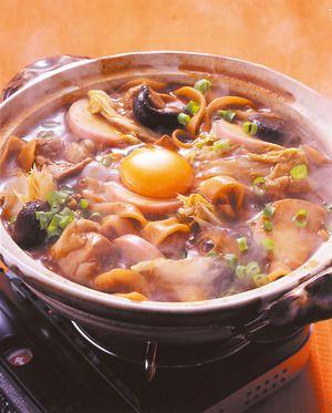こってりとした濃厚なうまみがたまらない、みそ煮込み。煮汁がしみたうどんに、とろりと卵をからめてめしあがれ。
