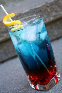 Superman Cocktail- 2 partes de Vodka  2 partes de Tequila  1 parte de Curacao Azul  3 partes de Jarabe Natural  Mezclar con mucho hielo y servir.