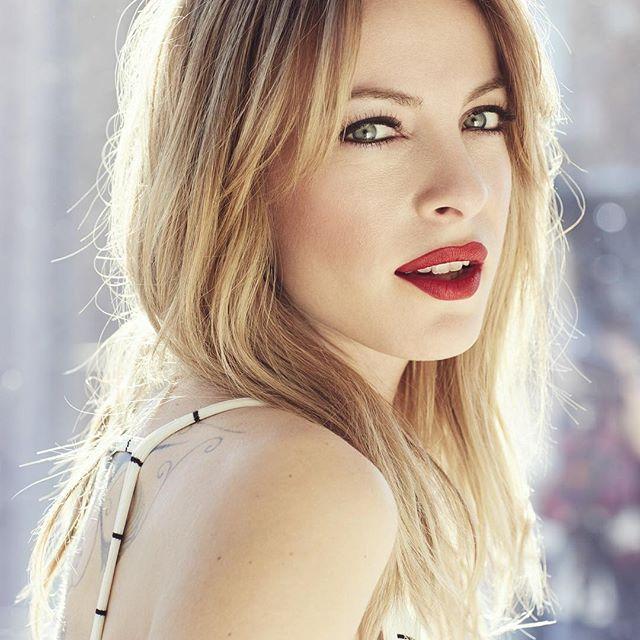 Vive les #mardisbeautéannabelle J'ADORE le pop de couleur sur mes lèvres! Pour savoir quels produits @annabellecosmetics ma maquilleuse @misslala44 à utilisé, rendez vous sur le site web louloumagazine.com #366joursdelooks