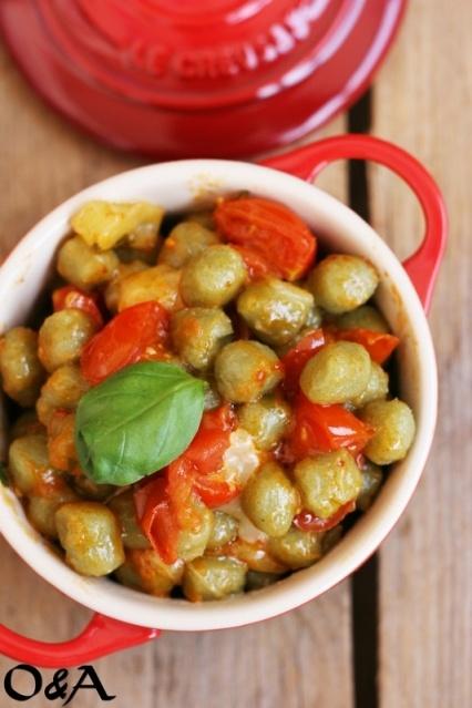 gnocchetti pomodorini e caciocavallo. Le capice L'italianno?  Me neither.  The hillbilly in me thinks this might be gud.