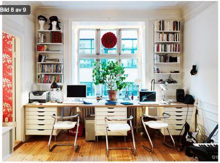 skrivbord vid fönster med hyllor