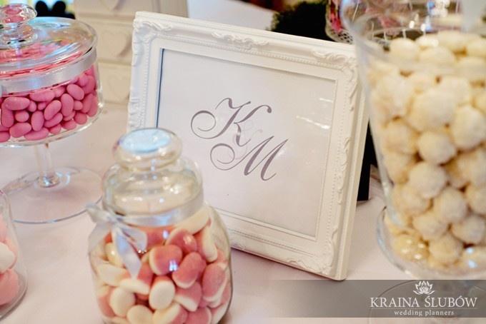 Pale pink & silver candy buffet / Różowo-srebrny bufet słodki na weselu /  fot. Paulina Sztenkiel/Kraina Ślubów