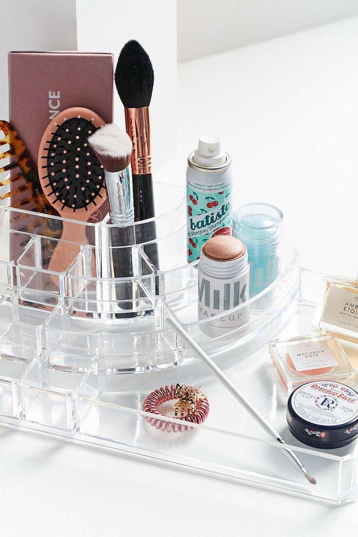 Un excellent conseil pour réussir le rangement maquillage intelligent, est de trier par couleurs, marques ou n'importe quel autre critère.