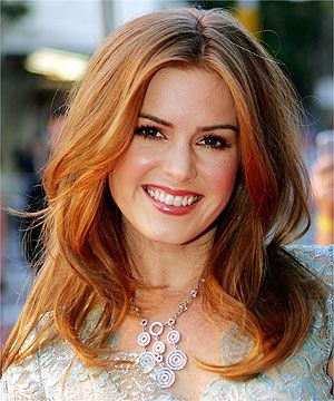Wish I could pull off these colors! Isla Fisher is a natural beauty.