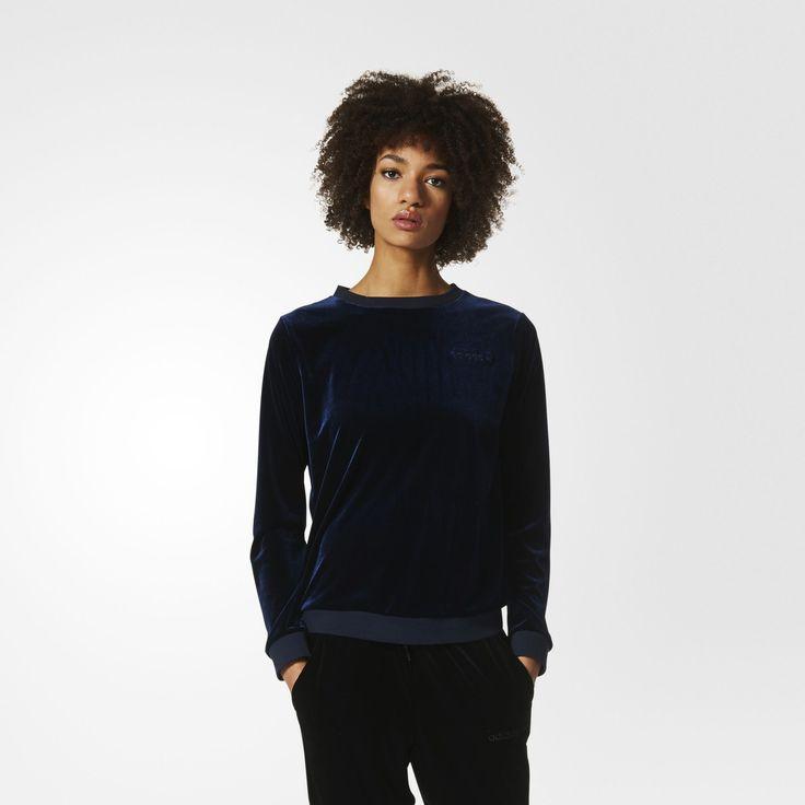 Luksuriøse materialer giver yndlingsmodeller fra adidas Originals-arkiverne dynamisk kant. Denne sweatshirt til kvinder går rebelsk imod konventionerne med lækkert fløjlsmateriale, mens en rund krave giver den feminin kant. Et vandret Trefoil-logo fuldender det klassiske look på denne pullover.