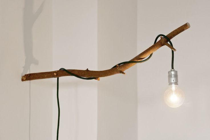 Diese Lampe ist aus einem Tannenast und einer Lampe mit Textilkabel entstanden.