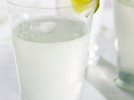 Limedrink med rom och citrongräs