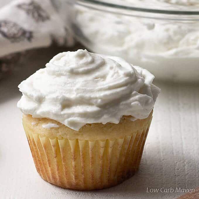 Schlagsahne-Käse-Zuckerguss ist der perfekte Frischkäse-Zuckerguss für Rohrleitungen. Y …