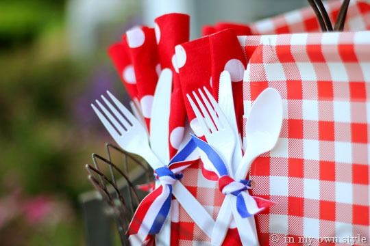 Can't wait to use this idea--punch a hole in a paper plate, and tie on your silverware and napkins using a ribbon. So cute!