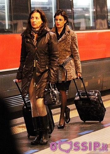 Sara Tommasi prende il treno Milano-Napoli accompagnata dalla mamma: le foto - Foto e Gossip by Gossip News