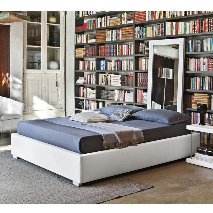 Il letto Sommier ha uno stile molto ricercato al giorno d'oggi, si tratta infatti di un letto moderno senza testiera. Questo letto è composto solamente dalla struttura rettangolare rivestita in ecopelle che viene sorretta da piedini ad angolo in legno laccato.