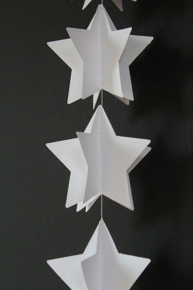 Weiße 3D Stern Girlande aus Papier für deinen Geburtstag, Weihnachten, deine Hochzeit, deine Party oder als Dekoration für das Kinderzimmer. Die Girlande ist 1,30m lang. Die Sterne haben ein...