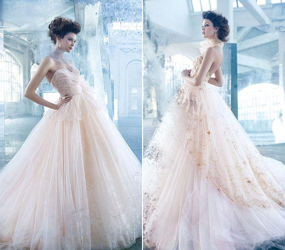 A púderrózsaszín tüll roppant romantikus: szimpla csipkével kicsit visszafogottabb hatást kelt, ám aranyszálas, gyöngyös csipkével megbolondítva a mesebeli hercegnők stílusát is felülmúlja.