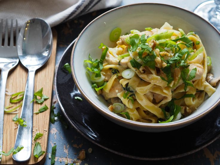 Kremet pasta med kylling, spinat og urter