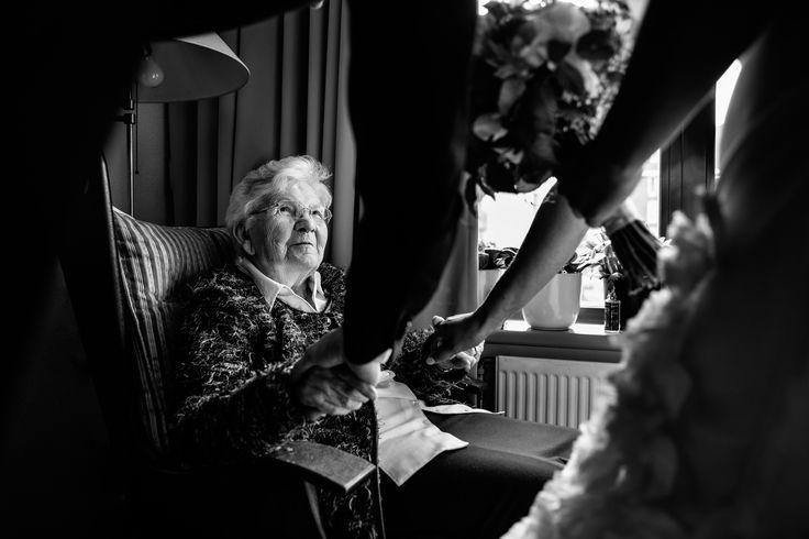 Voor de ceremonie nog even op bezoek bij oma| Bruiloft door de Kievit Bruiloften Bruidsfotografie