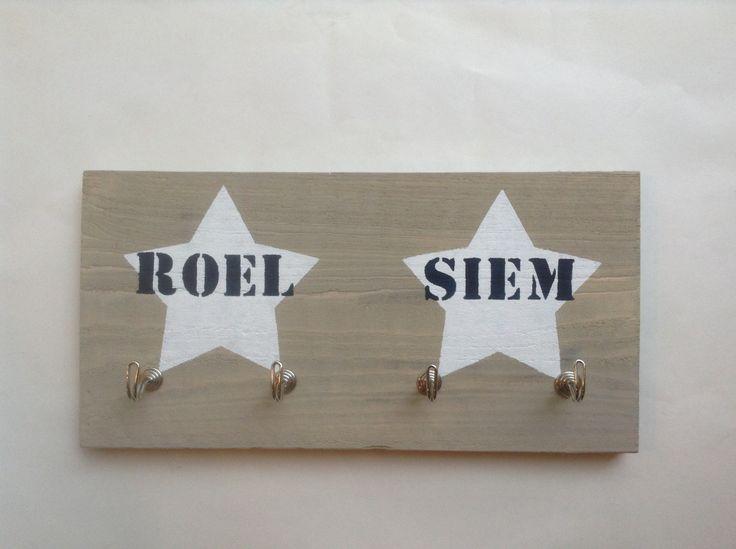 Stoere #kapstok van #steigerhout met sterren en namen
