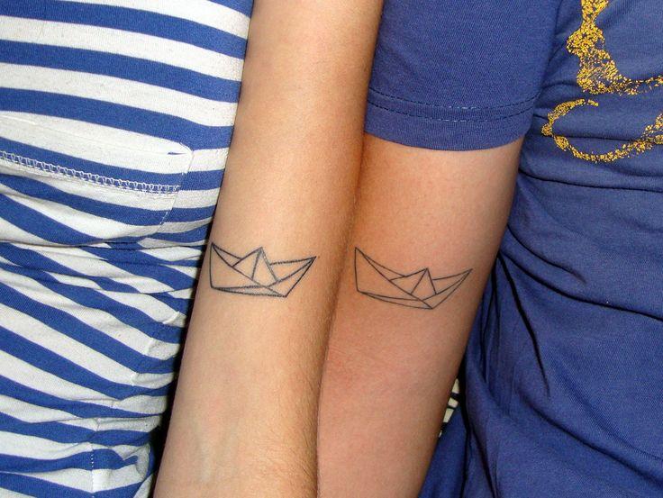 nossa tatuagem de casal de barquinho de papel. fizemos em comemoração aos nossos 5 anos de casados, por causa da história de quando nos conhecemos. ** our couple paper boat tatoo. we made it in celebration of our 5th wedding anniversary, because of the story of how we met.