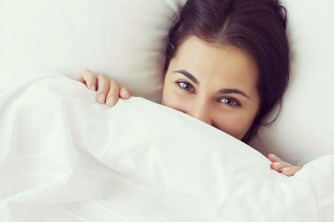 Gesund im Winter: Fit im Büro: Viel schlafen  Damit Du auch nachts wirklich zu Ruhe kommst, haben wir hier noch ein paar Schlaftipps:  Das Bett sollte nur zum Schlafen (zärtliche Zweisamkeit ist auch erlaubt ;-)) genutzt werden. Also, Essen, Notebook, Dokumente und Co. haben hier nix verloren! Das sorgt nur für Hektik und Du bist vor dem Einschlafen so aufgewühlt, dass an Schlafen nicht mehr zu denken ist. Versuche immer zur gleichen Zeit ins Bett zu gehen. Mädchen schaut unter decke hervor…