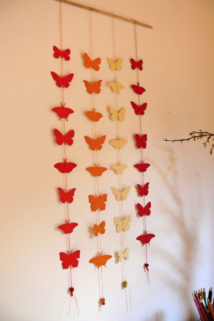 Závěs motýlci délka 1 girlandy je 83 cm, velikost největšího motýlka je 6 x 4,5 cm, girlandy jsou zavěšeny na dřevěné tyčce, která má délku 44 cm a průměr 8 mm, barva motýlků - červená, smetanová, tmavě oranžová, světle oranžová, vyrobeno z pevného katronu vysoké gramáže 300 g lze zakoupit i jednotlivé girlandy