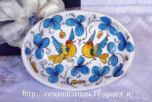 Piattino di ceramica dip.a mano #Majolica #IItaly http://ceramicamia.blogspot.it/2013/09/bomboniere-di-maiolica-dipinte-mano.html