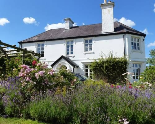 Bulleigh Barton Manor Ipplepen Bulleigh Barton Manor offers pet-friendly accommodation in Ipplepen. Free private parking is available on site.  A flat-screen TV and DVD player, as well as a CD player are offered. Some rooms have a seating area where you can relax.