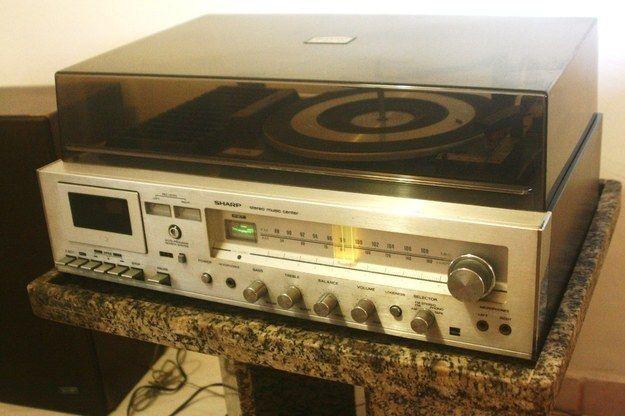 Seus discos da Xuxa provavelmente rodaram numa vitrola parecida com esta.   36 objetos que toda casa brasileira já teve