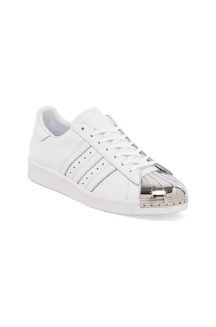 adidas Originals BLUE Superstar 80's Metal Toe Sneaker en Blanc & Argent   REVOLVE