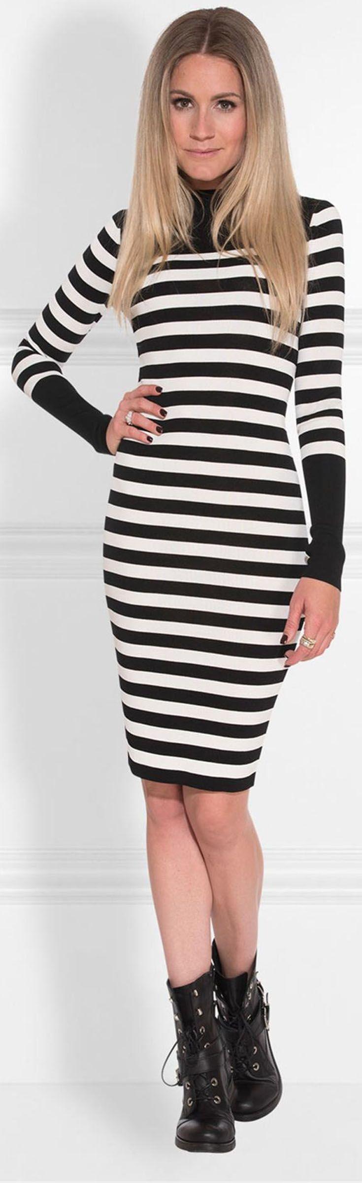 Nikkie Joyce Dress. Fijn gebreide gestreepte jurk met zwarte accenten en turtle neck. Casual jurk met lange mouwen.