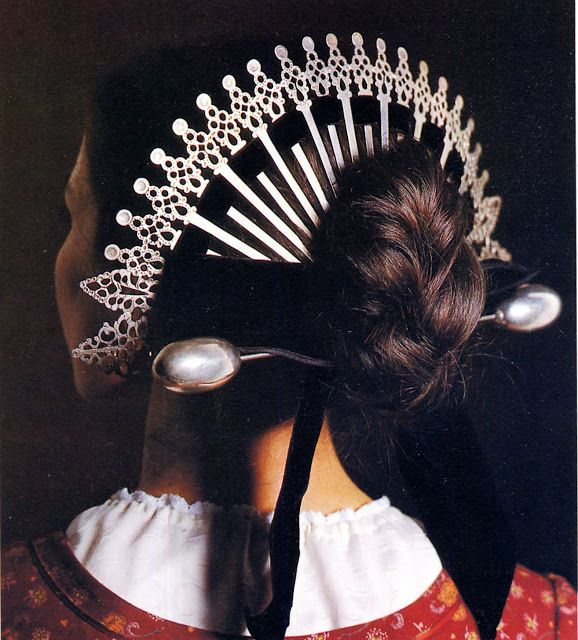 The Raggiera: a traditional Italian briaded hairstyle, used in Lombardy. The  headdress, made of a set of silver pins, appeared in traditional costume in the 16th century, and was used mainly in Brianza (an area north of Milan); it was typical of brides and married women on festive days, but sadly the use died out.