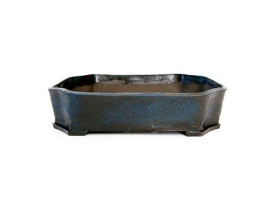 Rechthoekige pot Afmeting hxbxd 4,5 x 20 x 15,5 cm zwart bakkende klei met blauwe glazuur steengoed gebakken op 1200 graden Celsius