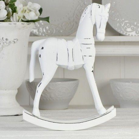 Charmig häst i trämaterial, vitmålad med inslag av svart.