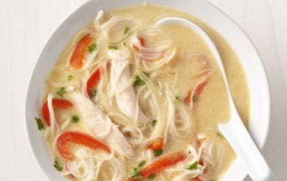 Zuppa di pollo e spaghetti - Gli spaghetti di soia o di riso sono uno dei principali ingredienti di tutte le cucine orientali, come quella tailandese, e in questa ricetta sono utilizzati per una saporita zuppa assieme al pollo