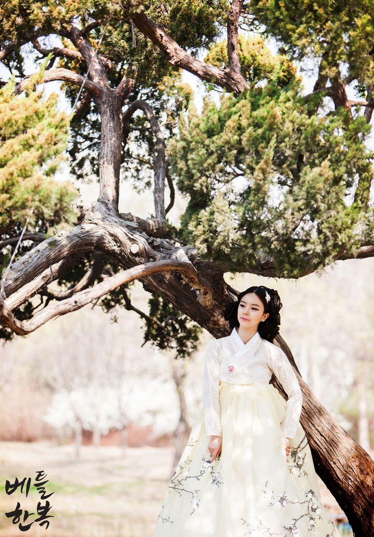 Korean traditional clothes.[한복] #hanbok #소나무 #tree #wedding #modern #퓨전한복 #한복드레스 #dress #fusion #화보 #한복화보 #한복스냅 #snap