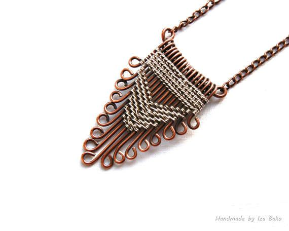 Boho Chic, Hippie, collar de alambre de cobre y plata. Joyas casual, Original diseño de joyería, joyería contemporánea, collar geométrico, colgante triángulo. Uno de un collar geométrico de diseño bueno, original. Este rústico boho chic collar fue realizada utilizando alambre de cobre efecto antiguo y alambre plateado plata brillante. La longitud del collar es de 44,5 cm (17,5 pulgadas) - puede ser me ajustado a su longitud preferida, convo solo con los detalles. El colgante mide 4.5 por ...