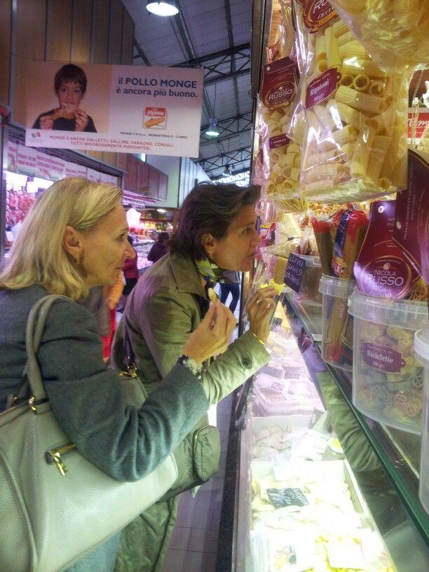 Con le #GuideBogianen alla scoperta del #mercato di #Porta Palazzo #cibo #prodotti tipici #piemontesi e #italiani . #Turin #food #market #tour #taste #local #shopping #turism