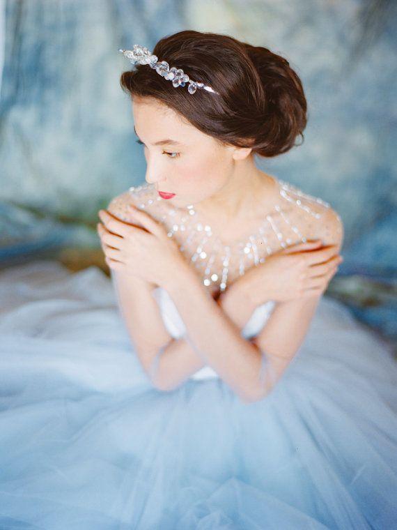 Winterliches Hochzeitskleid von Mila Mira Bridal |repinned by @hochzeitsplaza | #hochzeit #winter #winterhochzeit #winterlich #inspiration #ideen #herbst #herbstlich #herbsthochzeit #braut #brautkleid #hochzeitskleid #glitzer #tiara