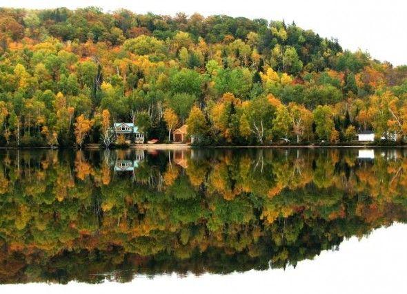 LAGO ST. PETER, CANADA – É sulle rive del lago St. Peter, in Ontario, che l'autunno si mostra nella forma più bella. Un'esplosione di colori che va dal verde al rosso all'arancione, amplificata dal riflesso dell'acqua