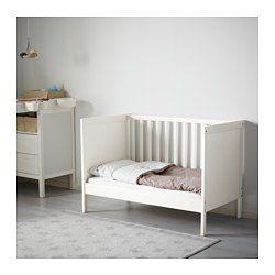 Bedbodem op 2 hoogtes te monteren. Als het kind zelf in/uit bed kan klimmen, kan 1 bedzijkant worden verwijderd. Je kind kan veilig en comfortabel slapen omdat de slijtvaste materialen in de bedbodem zijn getest om het lichaam de juiste ondersteuning te geven. Bedbodem met goede ventilatie en goede luchtcirculatie, voor een comfortabel slaapklimaat voor je kind.