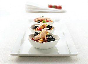 Sałatka z ciecierzycy, papryki i tuńczyka w towarzystwie czarnych hiszpańskich oliwek