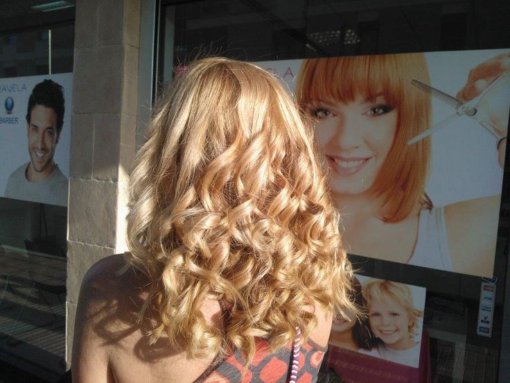Una de los grandes prejuicios en el mundo de la peluquería es que el tinte reseca y estropea el pelo. Sin embargo, lo cierto es que todo depende del producto que elijas. Claro, si te lanzas a tintes malos y repletos de amoniaco, tu melena probablemente acabe como un estropajo usado. En cambio, si optas por un tinte con keratina y aceite de argán, no solamente protegerás tu cabello, sino que además le proporcionarás una dosis extra de brillo y suavidad. Como en tantas otras cosas en la vida…