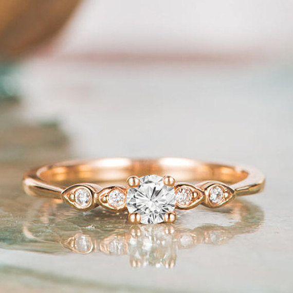 Dies ist ein modering in Moissanite, Diamant, neues Design und neues Aussehen. Sie sah nie diesen Ring vor. Wählen sie, ein anderes Leben wird wahr, ein wundervolles Leben zu Ihnen. Verfügt über * Made in USA. * Material: 14K * Farbe des Goldes: rosa/gelb/weiß Gold * Edelstein: Charles und
