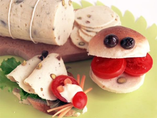 Fiambre de pollo casero. Este fiambre de pollo con pistachos es perfecto como recurso para la merienda infantil por ejemplo. Os explicamos la receta del fiambre paso a paso.