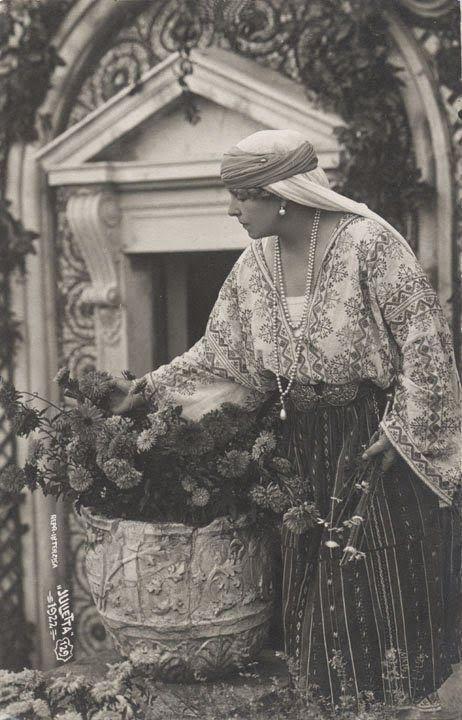 FOTO Regina Maria a României îmbrăcată în straie populare | Casa Regală a României Queen Marie of Romania dressed in popular clothes