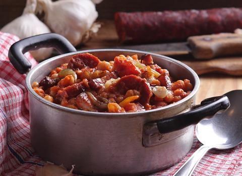 Ingredience: voda 1 litr, fazole bílé 500 gramů, klobása chorizo 500 gramů (nebo jiná pikantní klobása), slanina 225 gramů (plátky), rajčatová pasta 1 konzerva, cibule 1 kus (velká), olej olivový 2 lžíce (panenský), česnek 3 stroužky, paprika sladká 1 lžíce (sladká), paprička chilli červená 1/2 kusu, pepř černý (mletý), sůl.