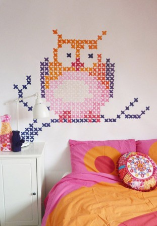 use washi tape on wall in cross stitch pattern - Crédit photo: Elline Pellinkhof via My Owl Barn
